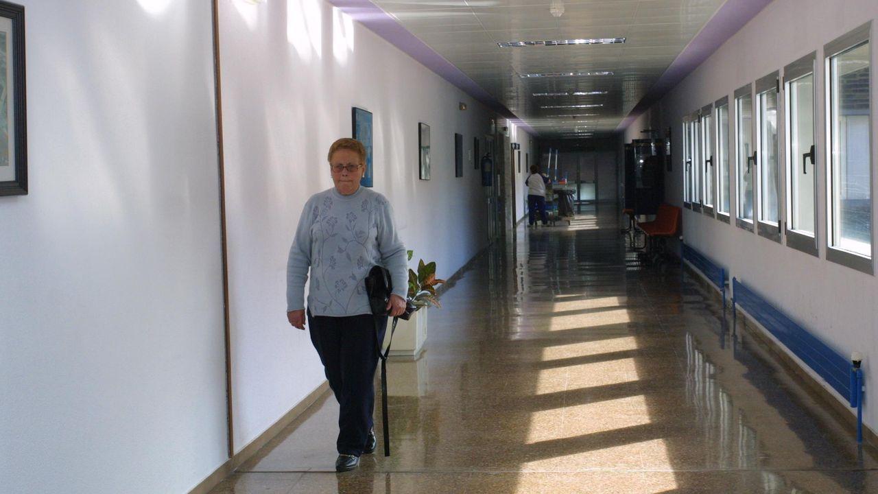 Personal sanitario controla el acceso al Centro de Salud de Puerta de la Villa, en Gijón