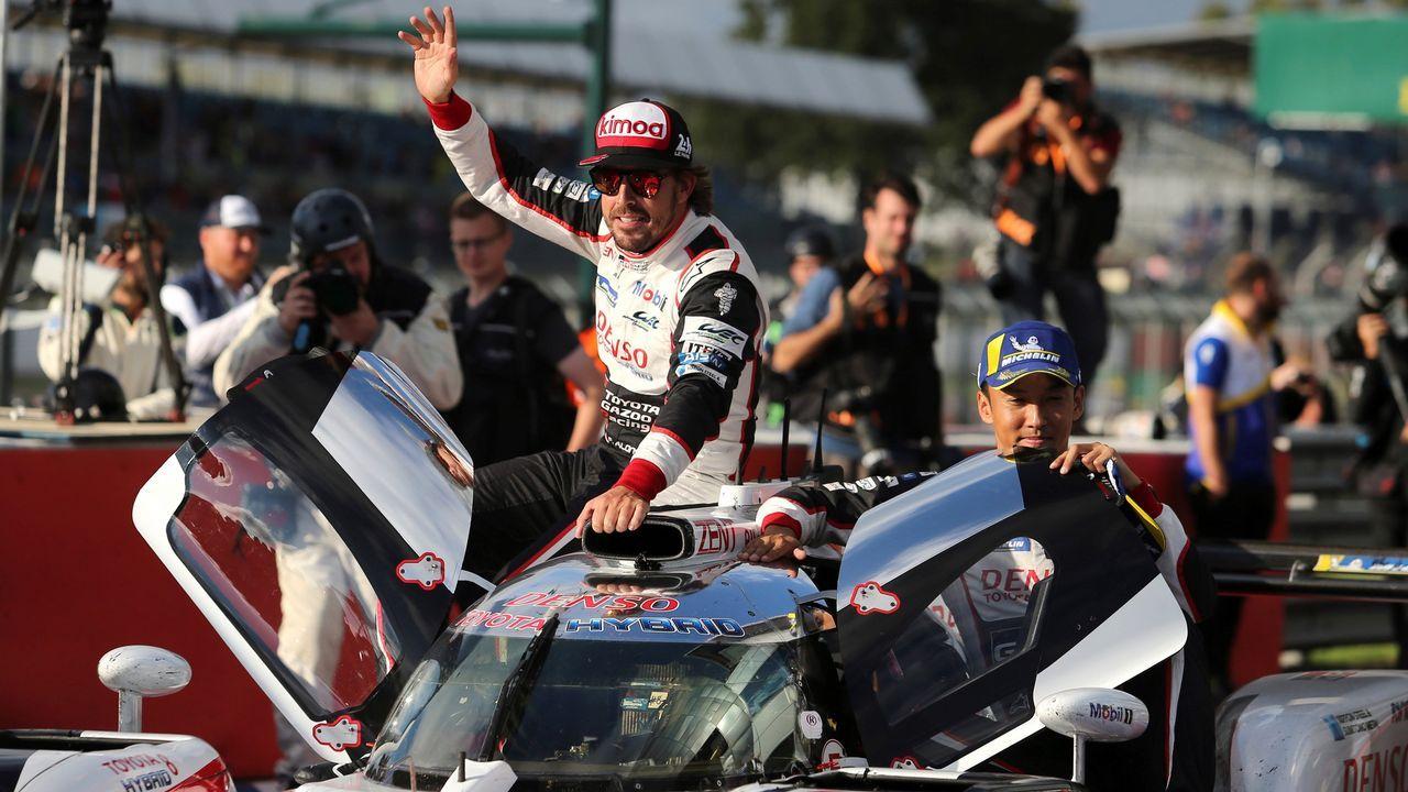 Alonso celebra el triunfo en el circuito británico, ante de conocer la decisión de los jueces