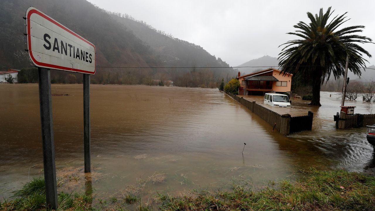Inundaciones en Oviedo.Vista del Sella desbordado a su paso por Santianes (Arriondas)