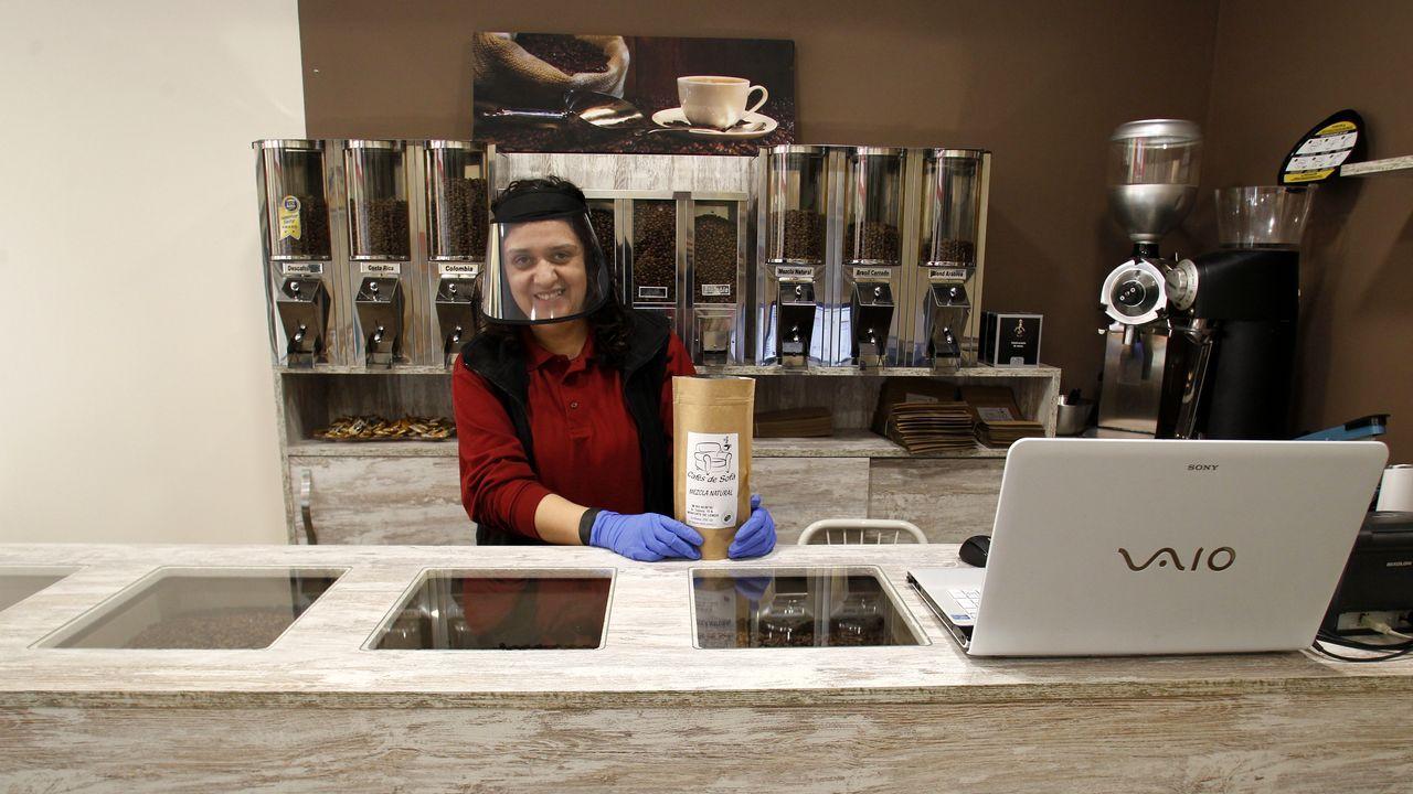 Yolanda Varela, detrás del mostrador de la tienda que acaba de abrir en Monforte