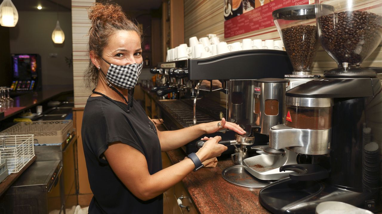 El aumento del empleo se da en buena medida en el sector servicios. En la imagen de este viernes, una camarera del Colón, en Carballo.