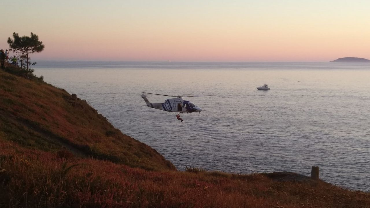 Así fue el rescate de un percebeiro en los acantilados de Cedeira.Llegada al puerto de Naos, en Arrecife, un grupo de 28 personas que navegaban en una patera rumbo a Lanzarote