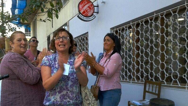 «Escrache» a Susana Díaz de alcaldes del PP.Trabajadores del hospital La Paz se manifestaron pidiendo que Cifuentes sea trasladada a un centro.