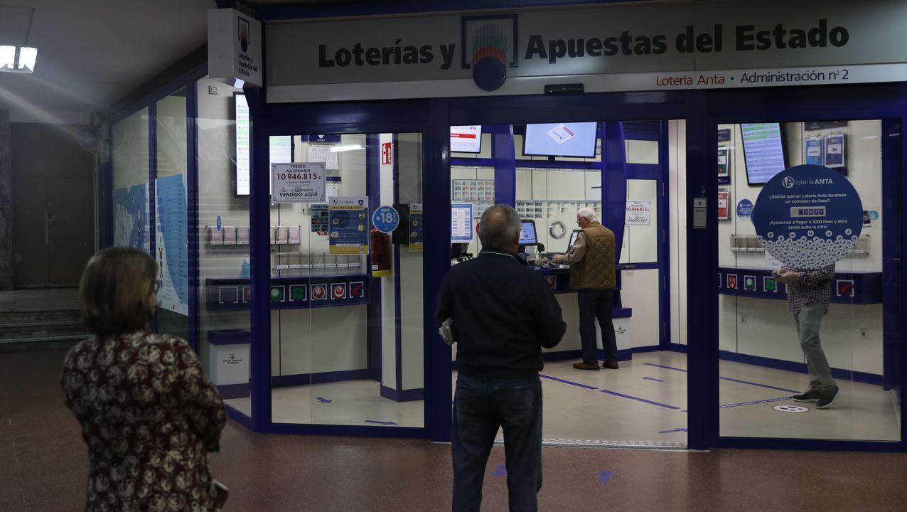 Pellizco millonario en Tui.Colas en la puerta de la aministración de Lotería Anta, en las Galerías Centrales