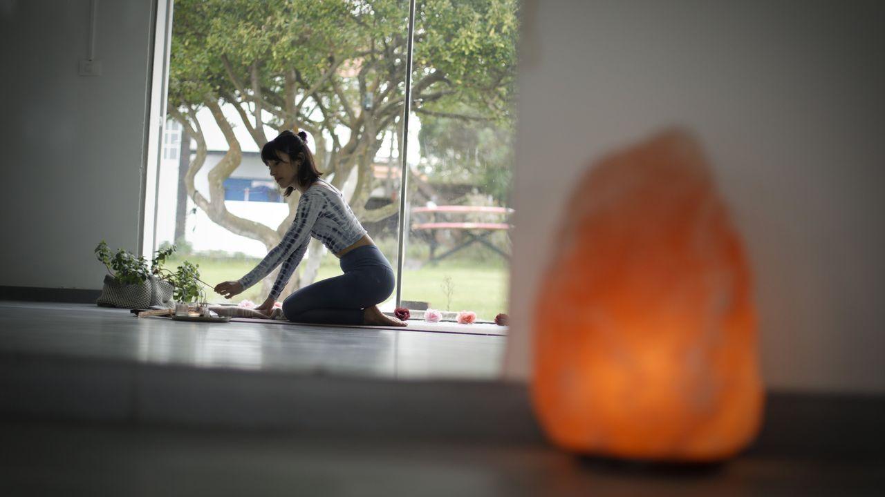 En la sala de yoga de Almudena Ripamonti.Exterior del Club Fluvial de Lugo
