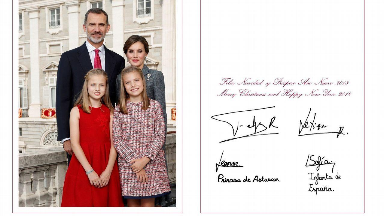 Fotografía facilitada por la Casa de S.M. el Rey, realizada el día 12 de octubre en el Palacio Real de Madrid, en la que los Reyes, Don Felipe y Doña Letizia, posan junto a sus hijas, Leonor, Princesa de Asturias, y la Infanta Sofía, con la que en 2017 felicitaron la Navidad