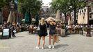 Dos jóvenes esperan para encontrar sitio en una terraza abarrotada en Ámsterdam, donde no es obligatorio el uso de mascarillas.
