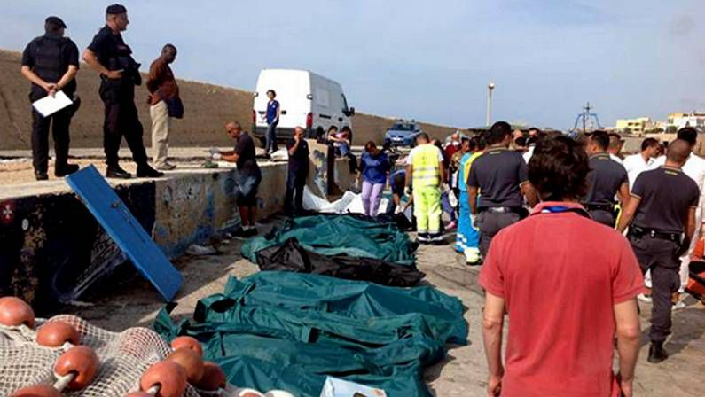 Decenas de cadáveres en el puerto de Lampedusa