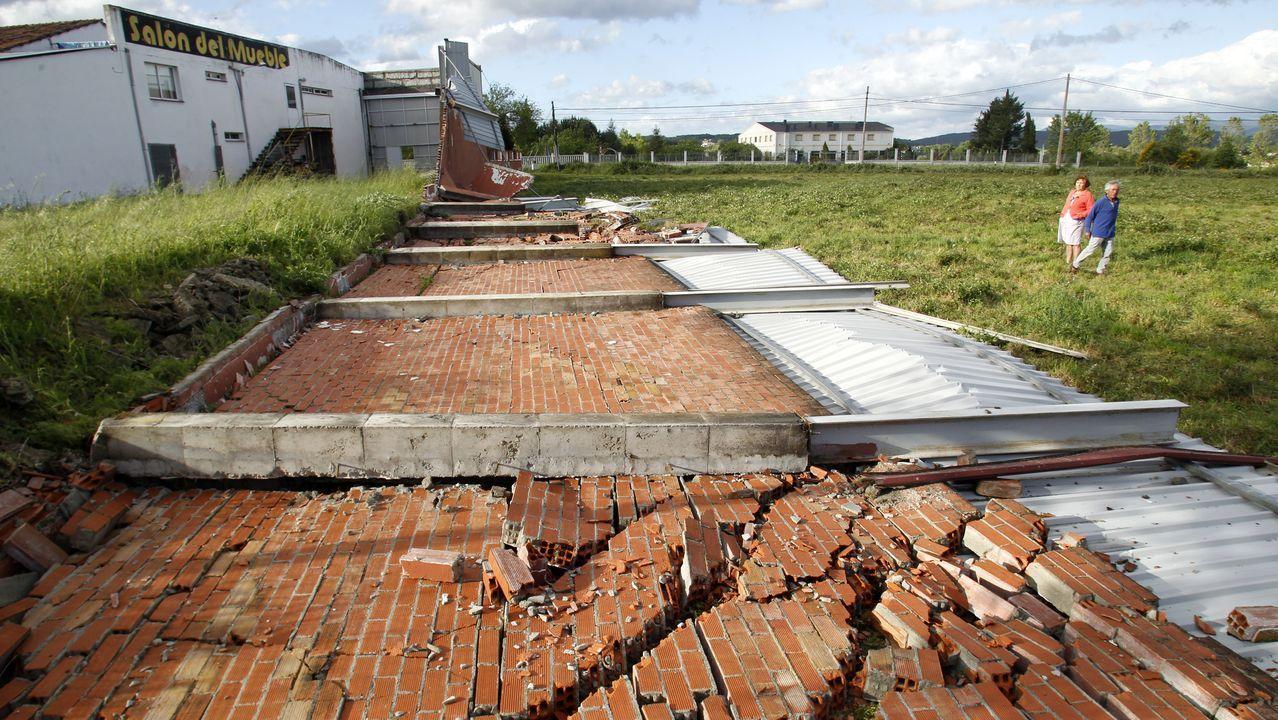 El viento derrribó un muro de tres metros de altura y cincuenta de longitud en la carretera de Chantada, en el antiguo Salón del Mueble