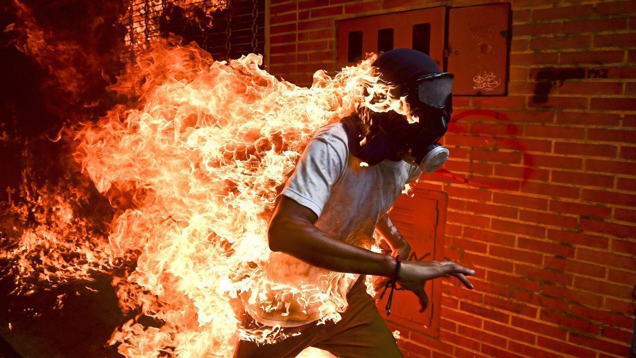 Fotografía cedida por la organización World Press Photo  que muestra la imagen captada por el fotógrafo Ronaldo Schemidt, ganador del premio «Fotografía del año 2018» y del 1er premio de la categoría «Spots - Singles». La foto muestra al manifestante José Víctor Salazar Balza (28 años) en llamas durante los enfrentamientos con la policía antidisturbios durante una protesta contra el presidente venezolano Nicolás Maduro en Caracas (Venezuela) el 3 de mayo de 2017.