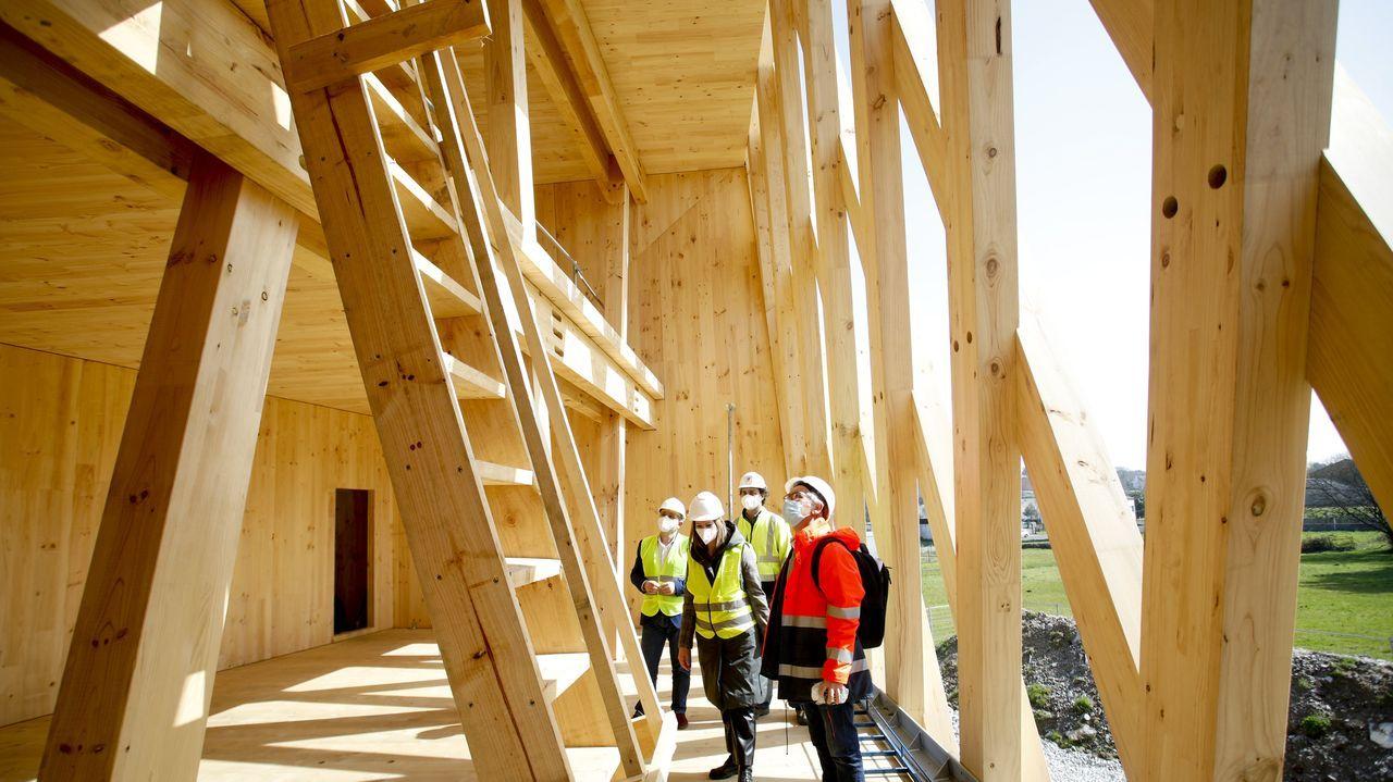 Todo el edificio está construido con madera contralaminada hecha con pino radiata de los montes de A Mariña y tratada en el País Vasco, ya que en Galicia no hay fábricas especializadas todavía