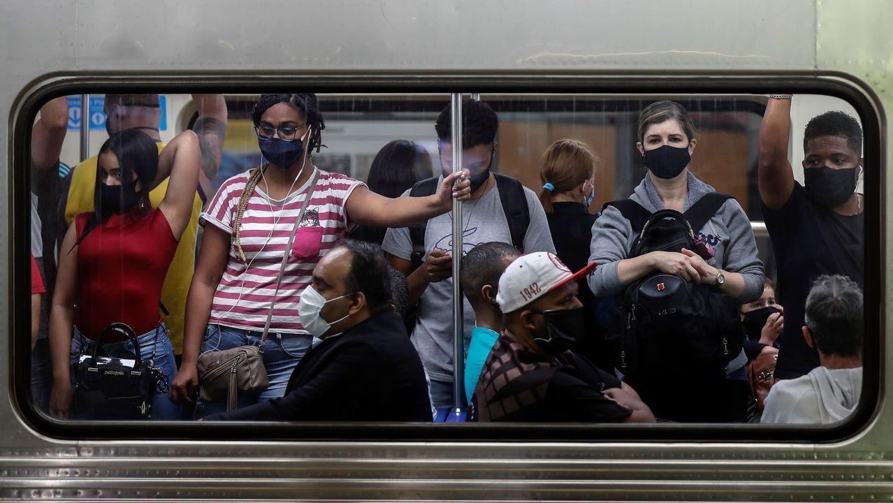 El Quijote, en azulejos en una casa de Ponte Caldelas.Pasajeros con mascarillas, ayer en la estación de metro de Sé, en el centro de Sao Paulo