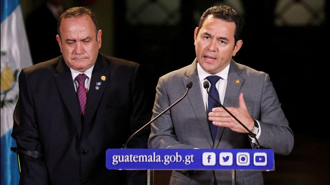 El presidente de Guatemala, Jimmy Morales, interviene ante los medios en presencia del mandatario electo Alejandro Giammattei