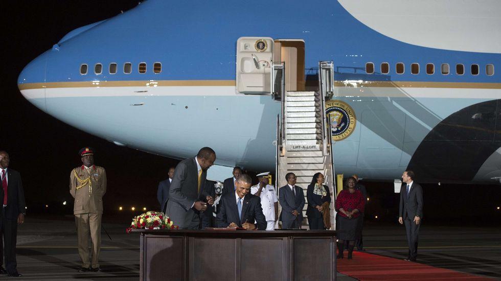 Obama bailando.Barack Obama firma el libro de invitados a su llegada a Kenia acompañado del presidente keniano Uhuru Kenyatta