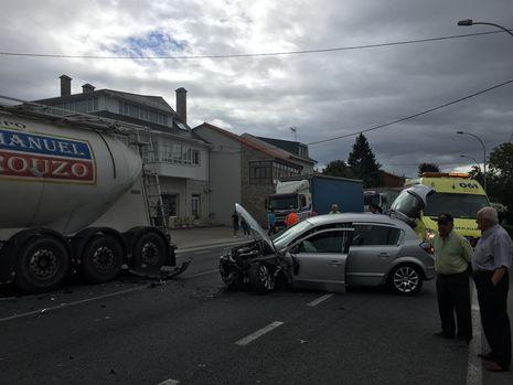 Un coche colisionó contra un camión en Insua, en el municipio de Paderne