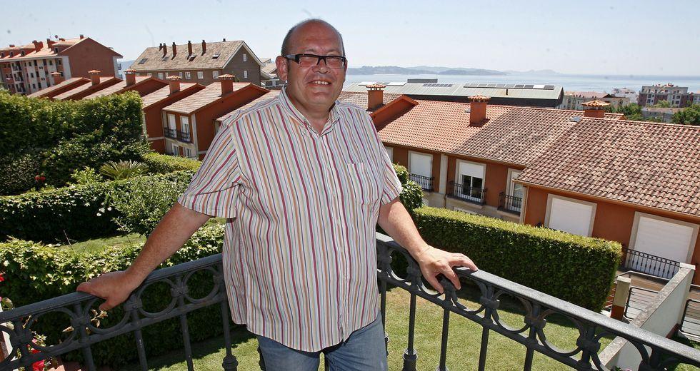 Vigésimo aniversario de la tragedia de Srebrenica.José Manuel Abel, con la isla de Ons al fondo, enclave que este historiador recuerda que estuvo ligada durante siglos a Sanxenxo.
