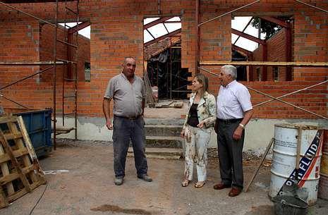 Pérez, junto al pedáneo y representantes de la adjudicataria, supervisó la marcha de las obras en Cercio.