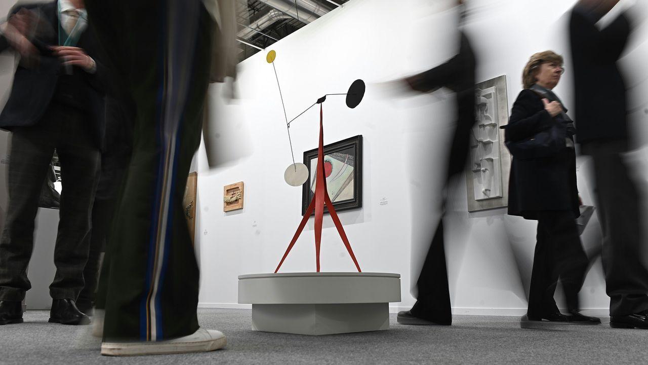 Ajetreo de visitantes de la feria Arco en torno a una de las emblemáticas piezas móvilesa del escultor estadounidense Alexander Calder