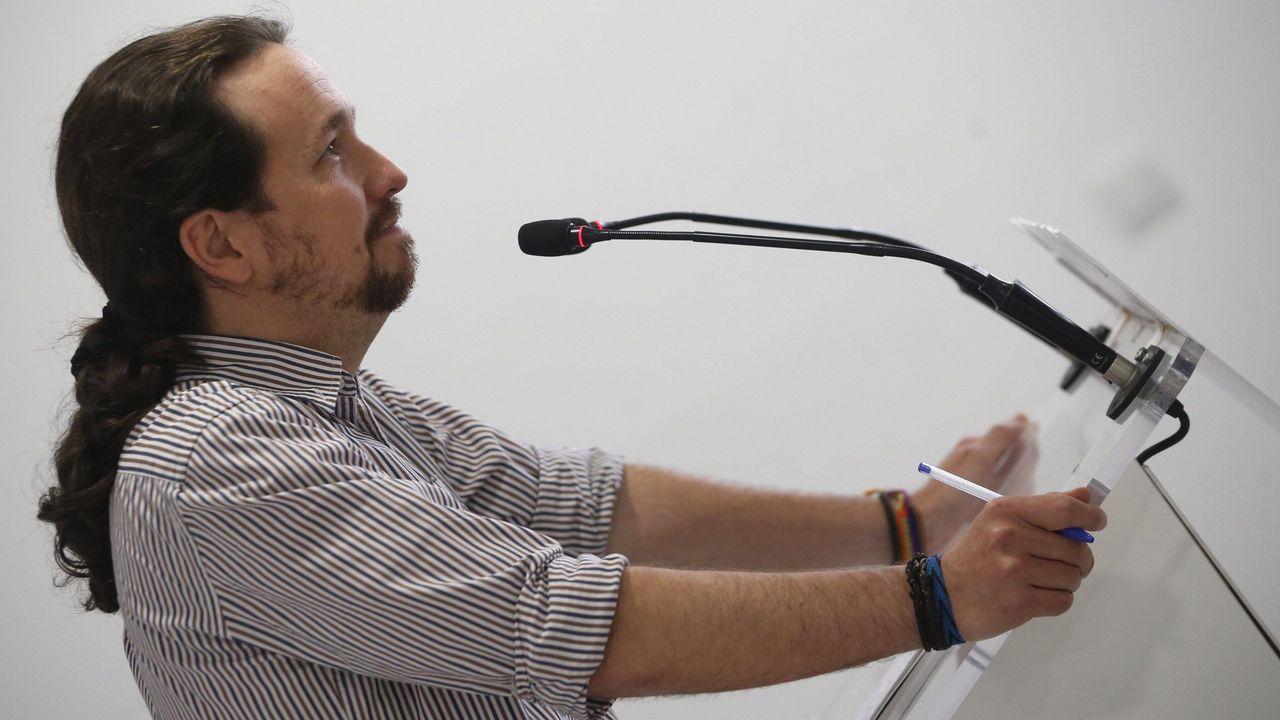Pablo Iglesias alerta de los «poderosos» que mandan más que los ministros y que asegura van a por Podemos.Casado asegura que el PP es la única fuerza moderada para defender la unidad de España