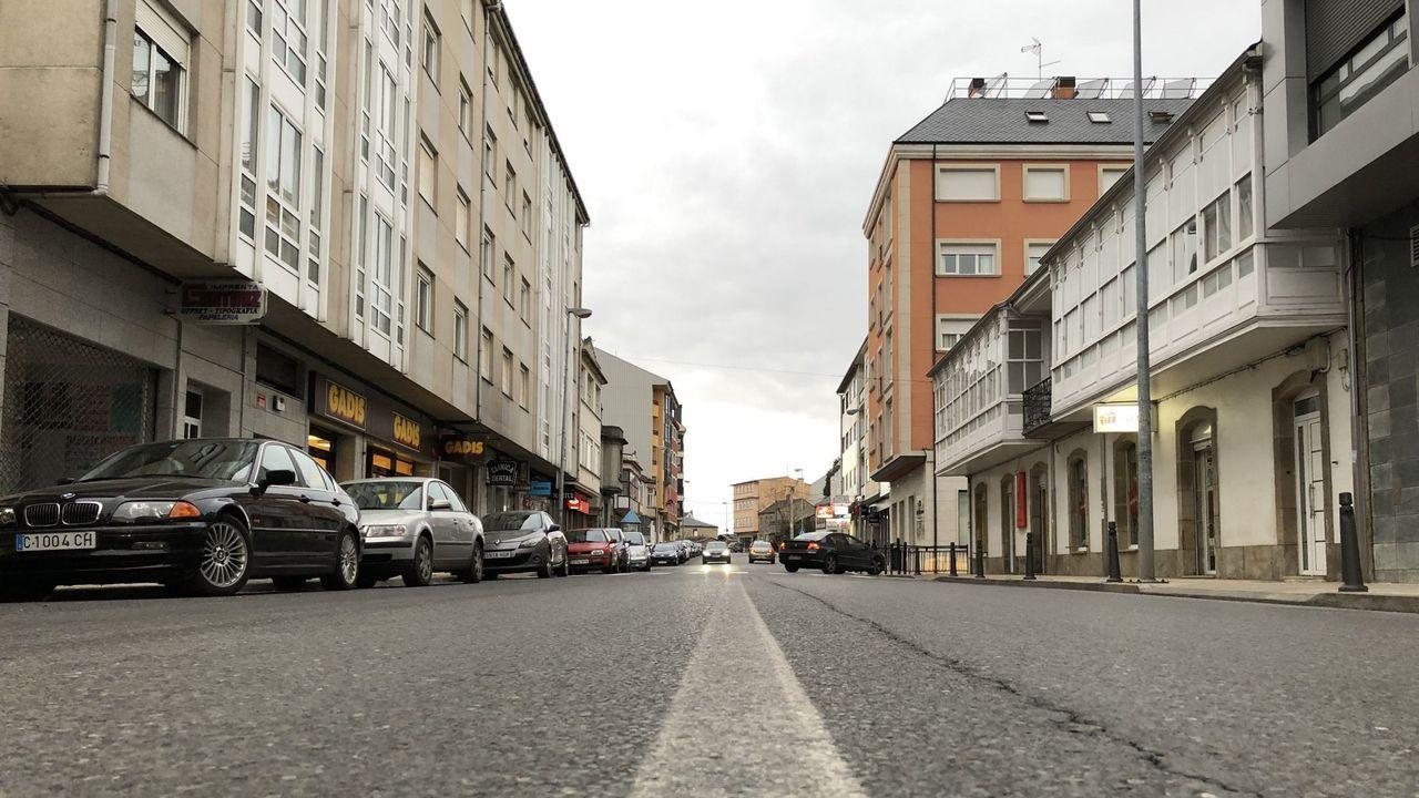 Maleza en las calles de la capital.Centro de Guitiriz