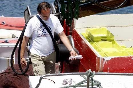 Un agente sostiene cartuchos de explosivos en el marco de la redada en el puerto de Vigo.
