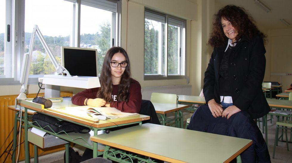 Lorena Estévez, en su pupitre, junto a la directora del IES Cosme López, Charo Alonso.