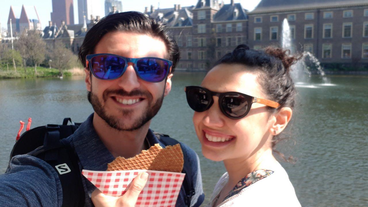 Ofertas del 20 al 70 % por el Black Friday en los comercios de A Coruña.Alejandro Manzano y su pareja, Flávia, en La Haya