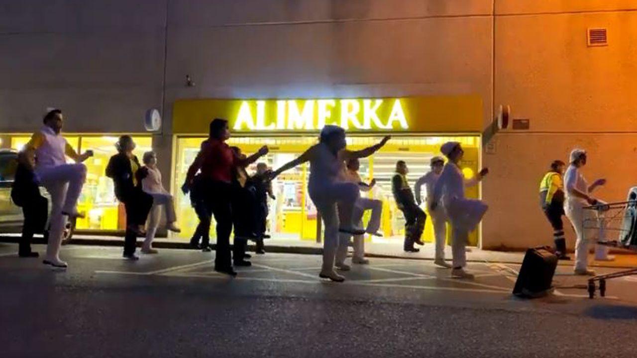 Los trabajadores del Alimerka de Salinas bailan cada tarde