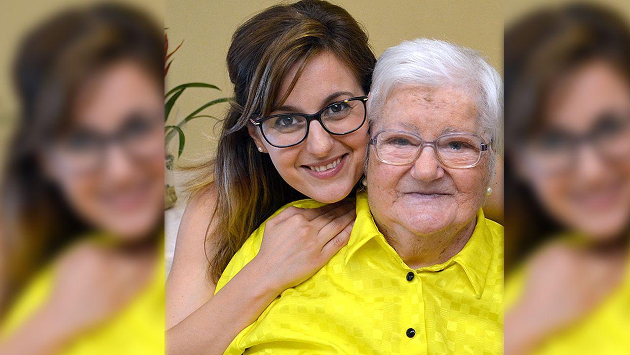 Laura acompaña a Teresa desde hace cuatro años. A pesar de la diferencia de edad, entre ellas ha surgido una bonita amistad reforzada por la afición de ambas a cantar.