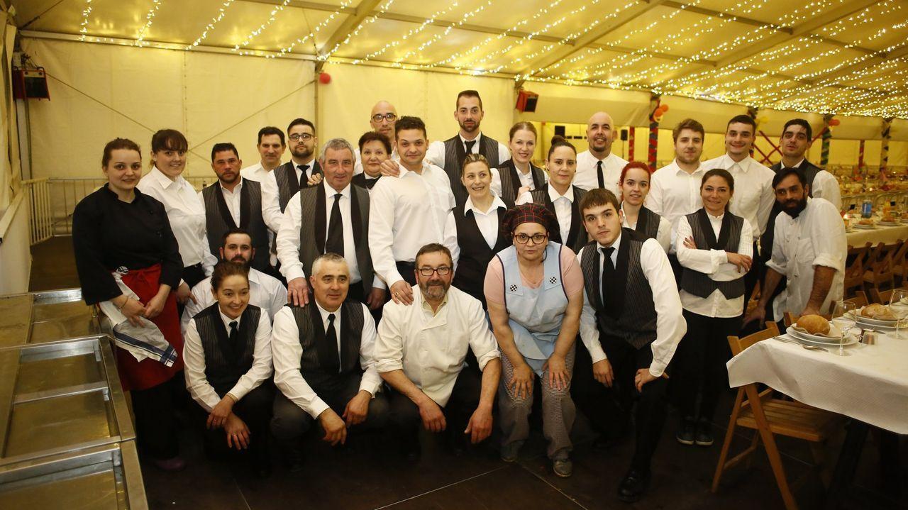Más de cien piezas forman parte de la exposición sobre el entroido de Ourense.Imagen de febrero de 2020, del personal de Chao dos Navais para la cena de coronación de la Raíña do Entroido de Foz. Emilio Loureiro, gerente, abajo, de camisa blanca y gafas, en el centro.