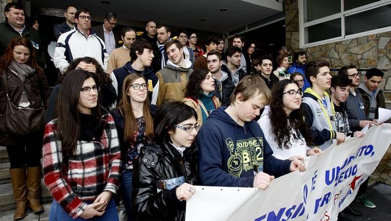 #Rajoyacallar.La concentración de Carballo reunió a medio centenar de personas en la Praza do Concello.
