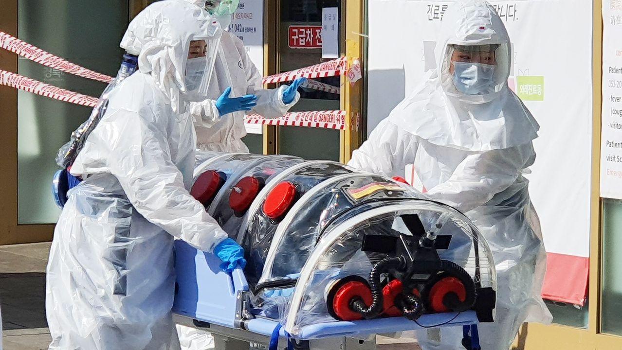 La visión del coronavirus de un asturiano en Shanghái.Trabajadores desinfectando la iglesia de Daegu, posible foco de los contagios
