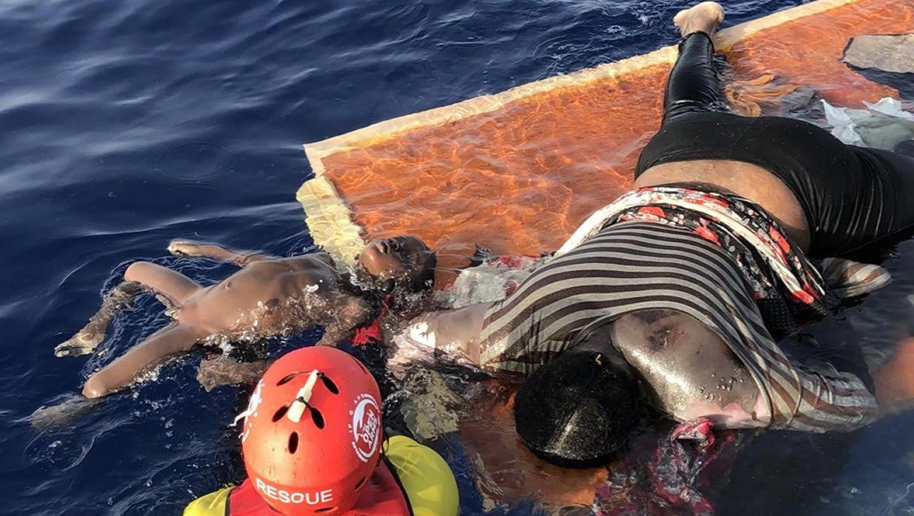 Open Arms denuncia que guardias libios hundieron un barco de refugiados con dos mujeres y un niño a bordo