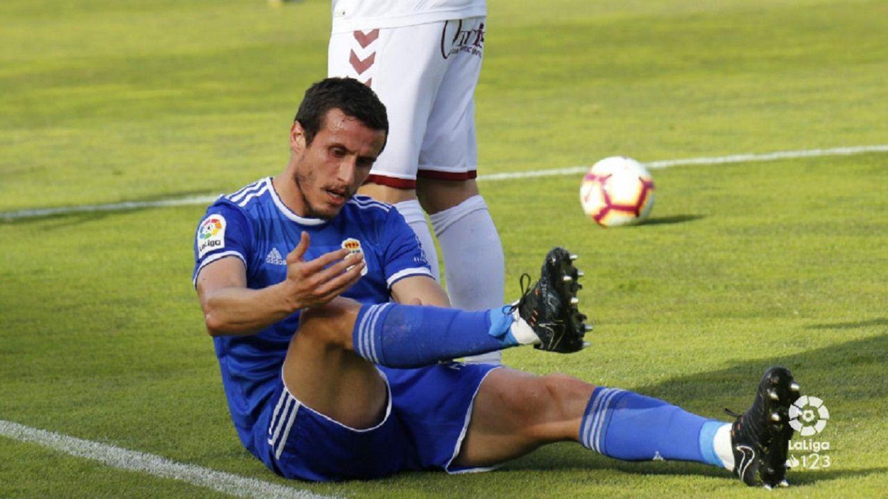 Christian Fernandez Albacete Real Oviedo Carlos Belmonte.Los jugadores del Real Oviedo saludan a la afición desplazada a Albacete