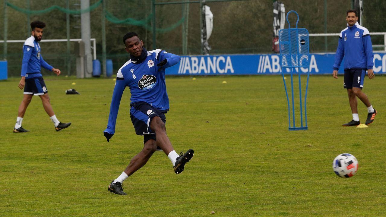 Uche Agbo chuta durante un entrenamiento en Abegondo