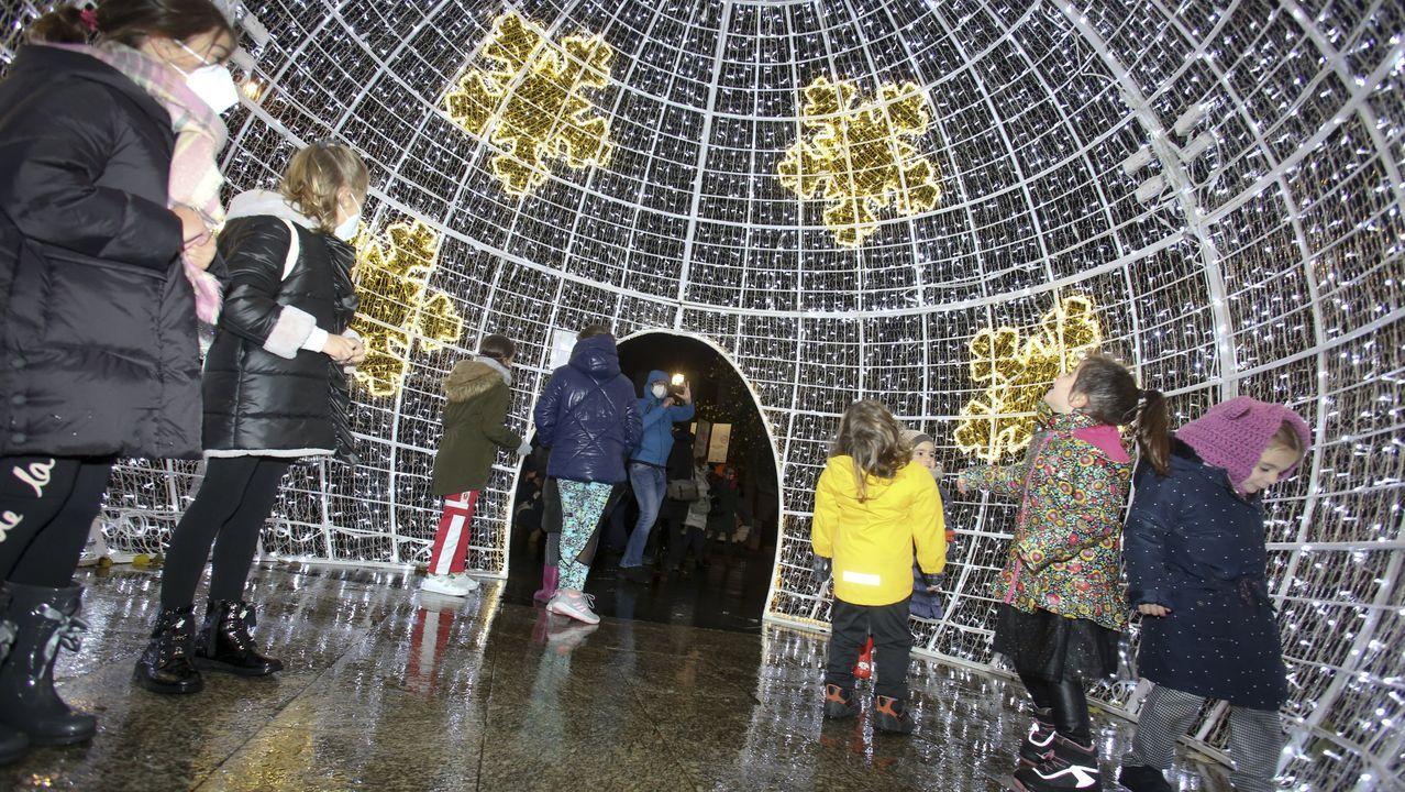 Las luces de la Navidad en Ferrol.Ponte Far mostra o libro «Escritores universais», que vén de publicar en Medulia
