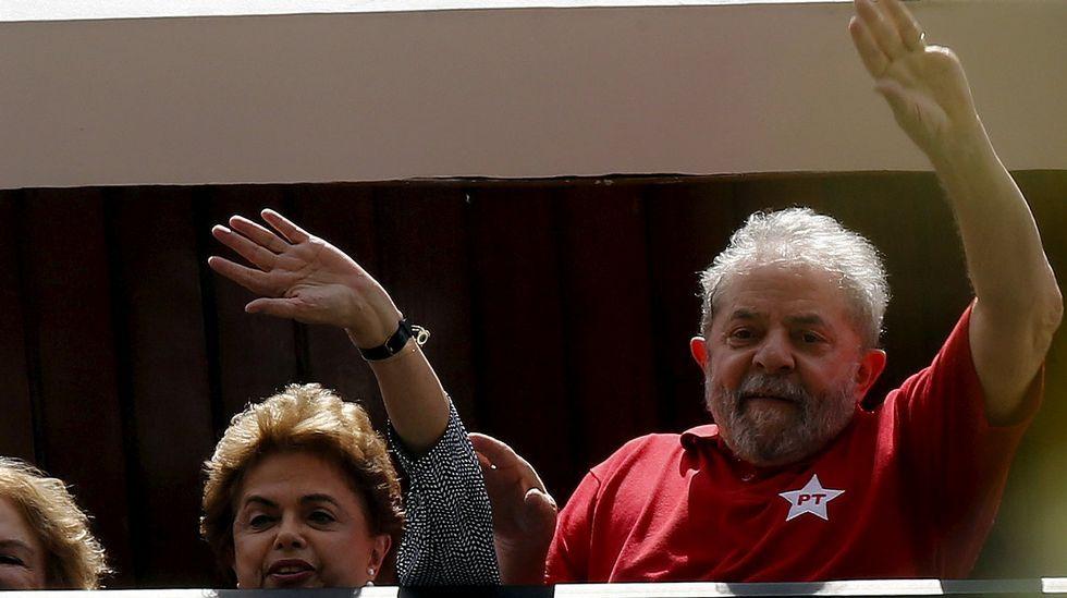 Multitudinarias protestas en Brasil contra el nombramiento de Lula da Silva.Un hombre vende sombreros y globos con ilustraciones de la presidenta Dilma Rousseff y el exmandatario Lula Da Silva durante una manifestación contra el actual Gobierno.