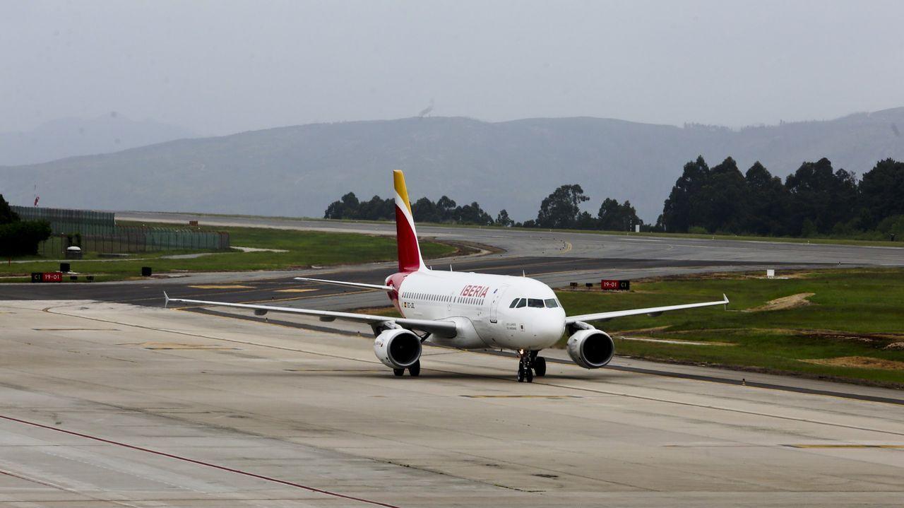 El Ejército del Aire despliega sus alas en defensa de Santiago.Un caza sobrevuela el Cerro de Santa Catalina durante el Festival Aéreo 2016 en Gijón