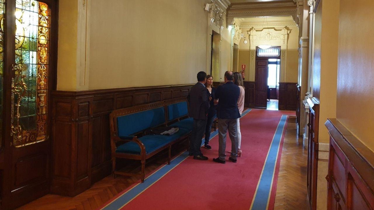 Los diputados en los pasillos de la Junta durante el receso de consultas a la letrada
