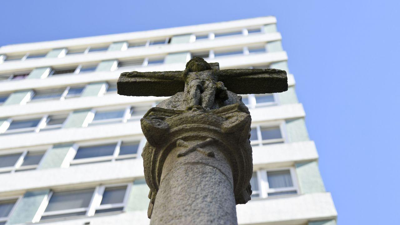 San Andrés. Las figuras han perdido volumen y definición, pero todaviá es posible reconocerlas. El trafico cercano contribuye a acelerar el deterioro del monumento.