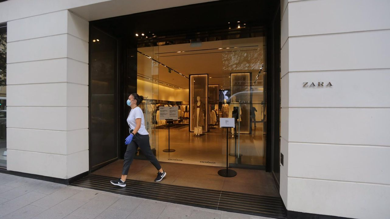 El Gobierno permite las rebajas en tiendas físicas a partir del lunes.El Zara de Juan Flórez en A Coruña, esta mañana