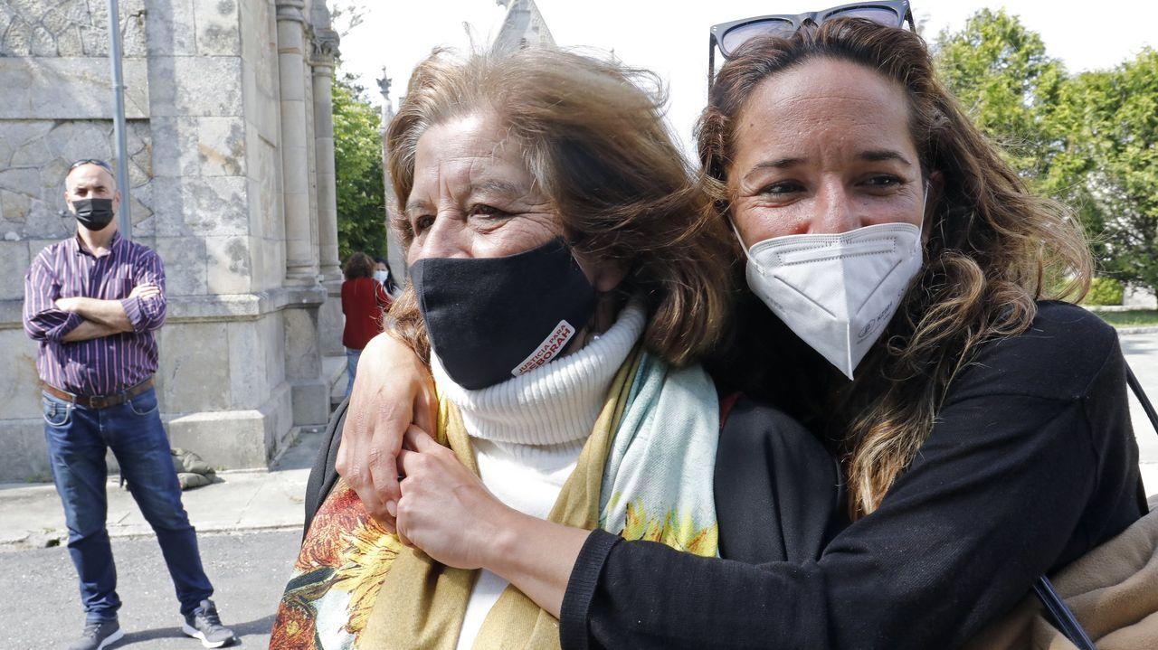 La madre y la hermana de Déborah en una visita a su tumba el pasado abril