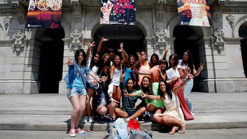 Mario Casas desata la locura en A Coruña.Francisco Sánchez muestra las instalaciones de La Voz a los alumnos de la UIMP y a Mira.