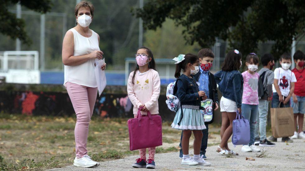 Los estudiantes esperaron en la entrada a sus colegios con las mascarillas puestas
