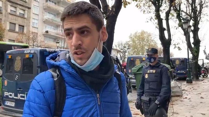 Un centenar de personas asistió a la convocatoria, que también arrastró a algún curioso.La Policía Nacional, en la calle Doctor Fleming, de A Coruña. Imagen de archivo