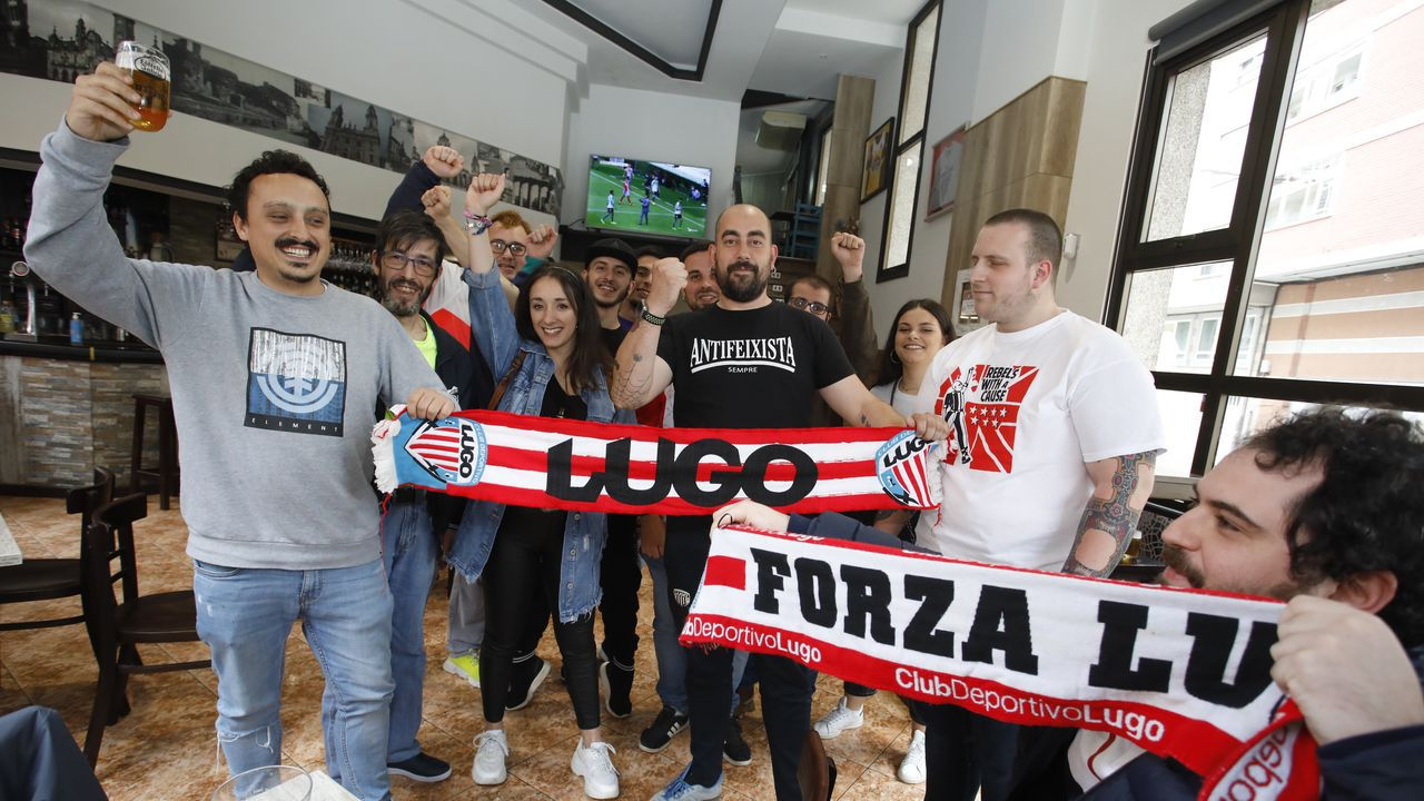 La afición del Lugo seguirá a su equipo desde los bares, como la peña Brigadas Lucenses lo jizo el sábado en la parrillada El Boni