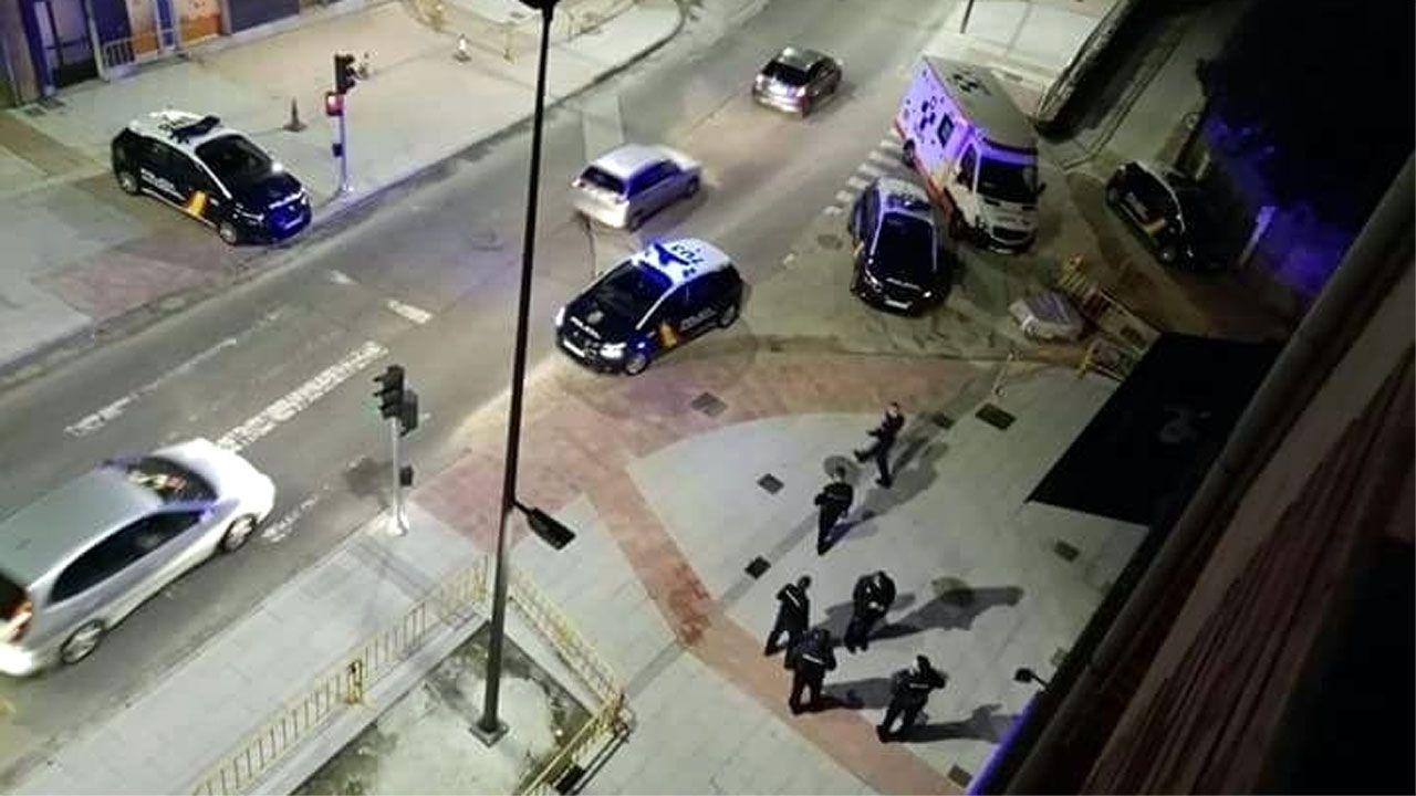 Efectivos policiales en el lugar del tiroteo en Avilés