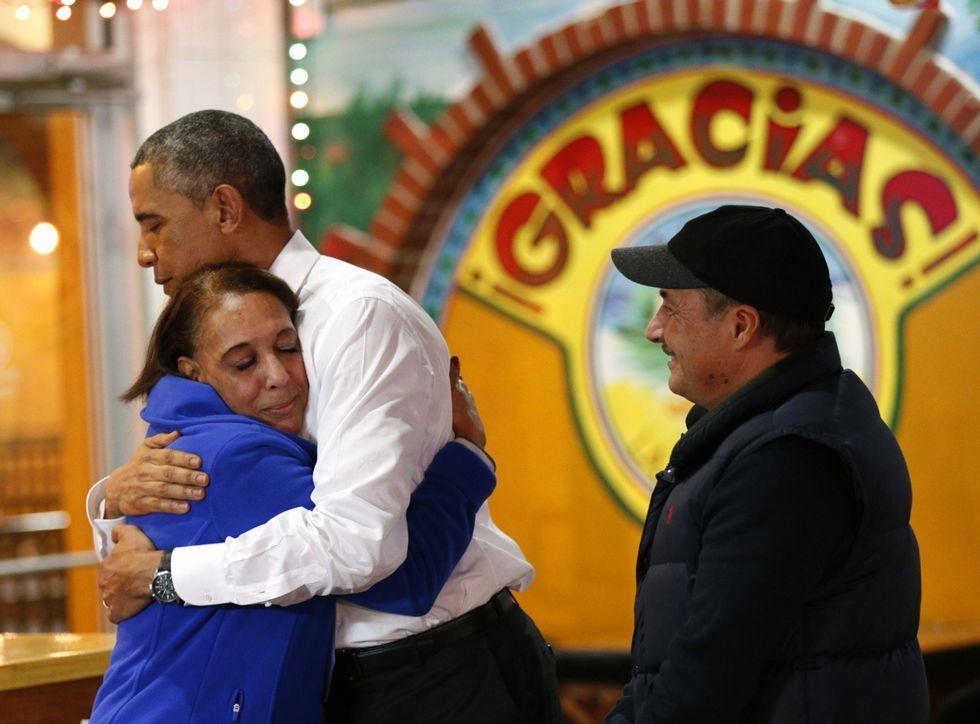 Obama se abraza con una emigrante de origen mexicano en una visita a Nashville.