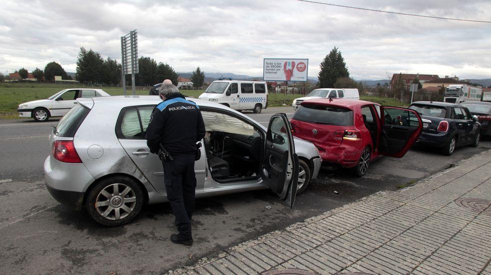 La policía inspecciona, en las cercanías del cementerio, uno de los coches implicados en el suceso