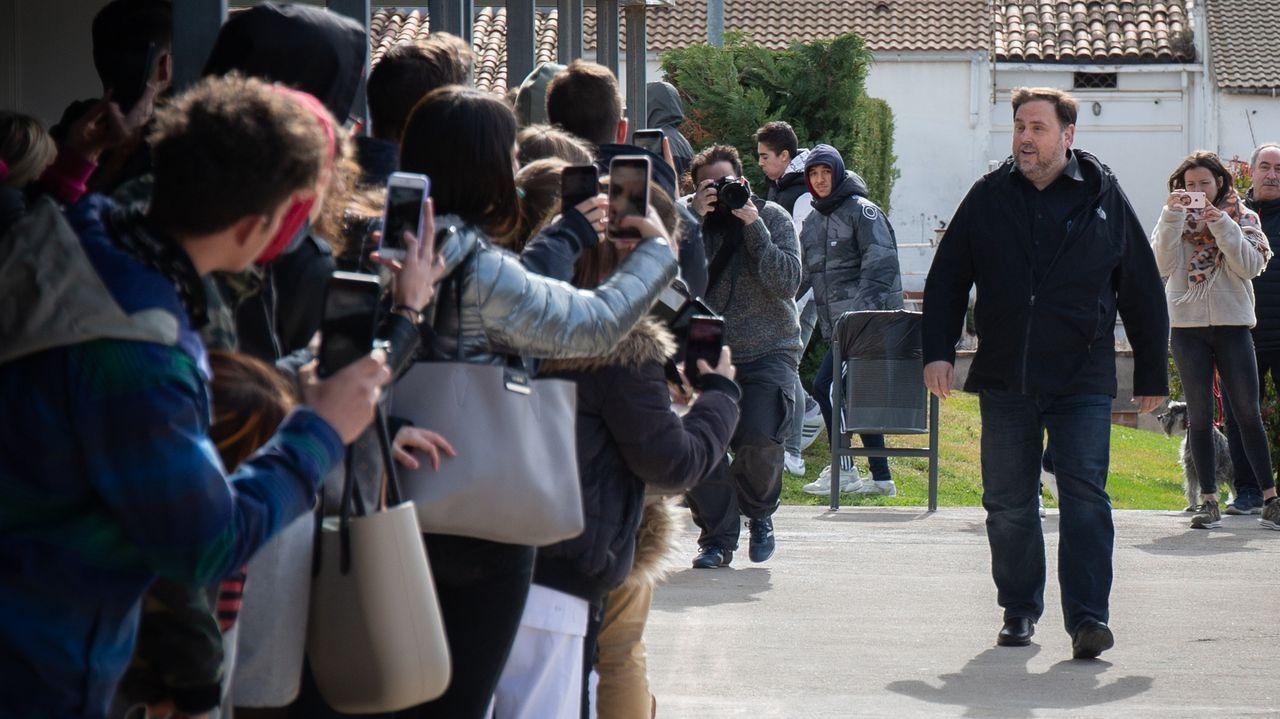 La salida de los niños será acompañada, por tiempo limitado y con mascarillas.Oriol Junqueras, a su llegadaa principios de marzo al campus de la UVic-UCC en Manresa,